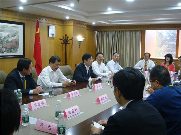 王华会长与留日博士总会代表团嘉宾亲切交谈