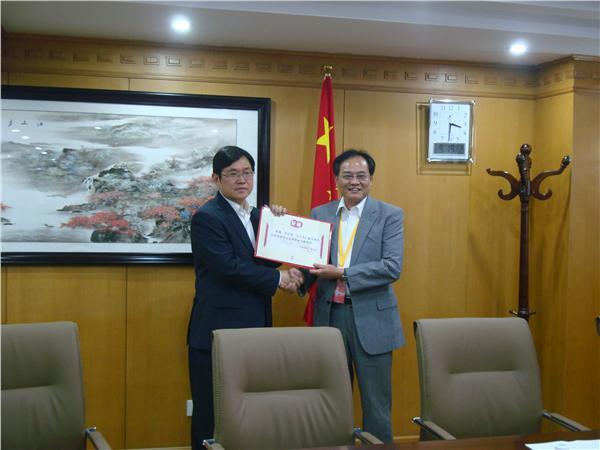 王华会长向章志华博士颁发我会常务理事证书